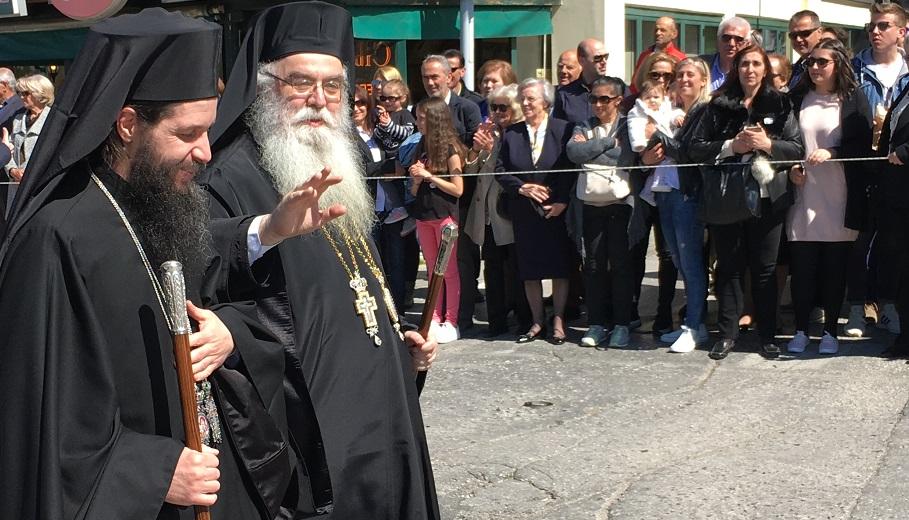 Καταχειροκροτήθηκε στην παρέλαση από τους Καστοριανούς, ο Μητροπολίτης Σιατίστης Αθανάσιος (Βίντεο)